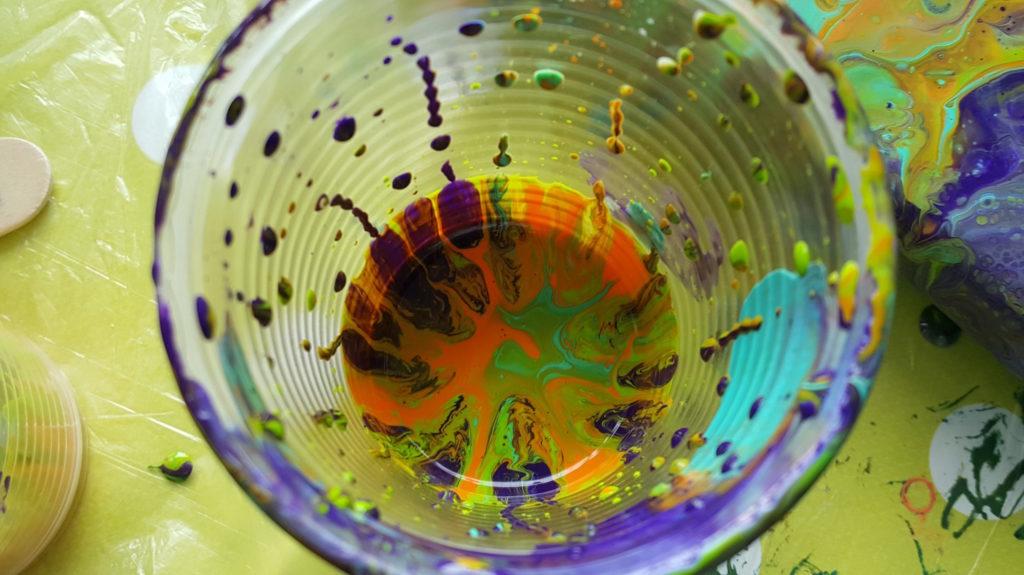Détail gobelet après Pouring Technique Peinture